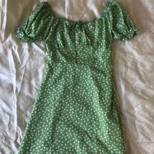 Jätte fin, grön blommig klänning ifrån Shein. Aldrig använd. Storlek M men liten i storleken👗✨