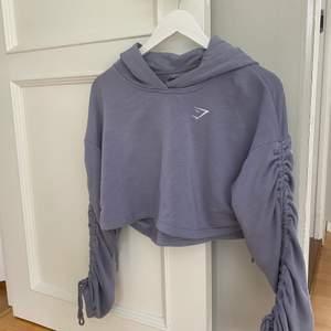 Säljer pga används för lite. Men är sååå fin och bekväm! Croppad hoodie i jättefin färg från Gymshark. I väldigt fint skick