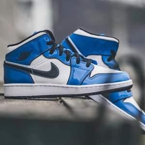 Säljer helt nya & oanvända Nike Jordan 1 Mid Signal Blue. Finns i storlek 42,5 & 43. Köpta från Footlocker, kvitto kan uppvisas! Fraktas spårbart & dubbelboxat på köparens bekostnad. Vid stort intresse blir det budgivning! Kolla in @LocalJords på Instagram för fler limiterade Jordans!