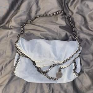 Stella väska i finaste ljusblå färgen och modellen fold over tote dvs mellan😇 väldigt bra skick inga slitningar på kedjan eller fläckar!! Från vestiarie collective så äkthetsbevis finns därifrån ❤️ 3500 kr