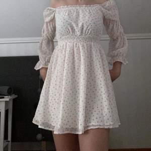 En jättefin klänning med körsbär på. Har aldrig använts🤍 Lite kort i armarna men de ska vara så, jätte töjbar och luftig. Köpt på Shein för 169kr💗