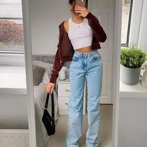 Säljer vidare dessa jeans från Dr. Denim i modellen Echo. Perfekt längd är runt 165 cm. I så fin blå färg! Midja 25, längd 30. 300 kr inklusive frakt! Skriv vid frågor ❤️