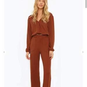 Ett helt nytt SET från chiquelle i storlek S. Rostbrun färg. Superfint! Nypris för hela ca 600kr. Mitt pris: 250kr. Vill du köpa, skicka ett meddelande!