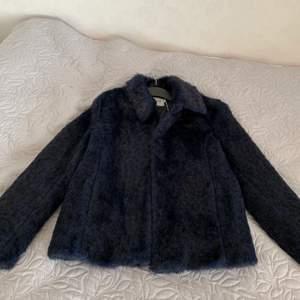 Säljer denna pälsjacka från JC i storlek XS. Den är oanvänd och är i nytt skick. Nypris 899kr säljer för 349kr