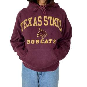 - Texas state (Bobcats)College Hoodie - Burgundy - Excellent Condition  - Size XS (Fits XS/S) - Unisex Measurements - Chest:41cm - Shoulder to shoulder: 41cm - Length: 62  #Diviinethrift #college #streetwear #trendigt #vintage  #vinröd #tröja #sweater #florida