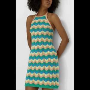 Säljer nu denna fina klänning från stradivarius. Helt slutsåld o säljs inte längre. Helt öppen i ryggen då den har knytning i halsen. Skriv privat för fler bilder💗 Sååå fin men har för många klänningar.💗 Köparen står för frakten 66kr (spårbar)🦋🦋