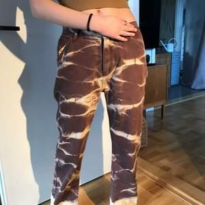 Jag säljer dessa nyköpta jeans från cider! De passade inte på mig som är 168 cm men på min kompis (hon som har på sig jeansen på bilderna) passar de perfekt! Hon är 166 cm lång och jeansen sitter lite baggy på henne. Köparen står för frakt. Prislappen sitter kvar och kontakta mig för mer bilder🤎