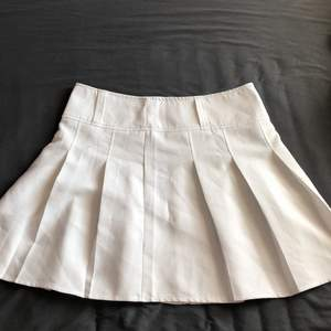 A cute white pleated skirt used two times:)))