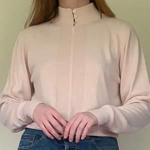 Säljer denna supersöta rosa tröja med knäppning i halsen! Storleken är i small💕