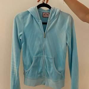 Ljusblå Juicy Couture hoodie med logga där bak i froté-material. Koftan är i bra skick och är knappt använd. Superfin ljusblå färg som passar perfekt till våren och sommaren!🤗💞