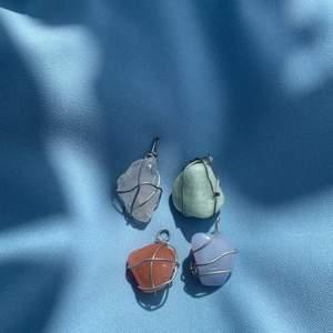 Otroligt fina kristallhängen med ögla där du kan fästa en kedja. Hänget är handgjort & är gjort av rostfritt stål i silverfärg. Kostar 10kr/ kristall, du betalar originalpris för kristallen & som hänge kostar det 10kr extra!! (Köparen står för frakt, 13kr). Kontakta oss på instagram eller plick om du har frågor osv 💓 instgram: crystonss_