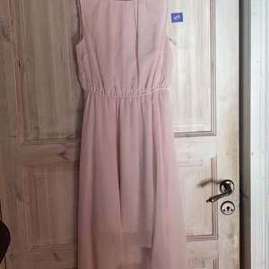 En jäääättefin rosa klänning med öppen rygg från Gina Tricot. Runt den öppna ryggen är det rosor. Kjolen är längre bak än fram vilket gör den väldigt fin, sant blåser det väldigt fint i vinden. Endast använd på ett bröllop. Säljer då jag inte använder den. Jag har storlek 38 och tycker den passar mig bra, skulle säga 34-38.
