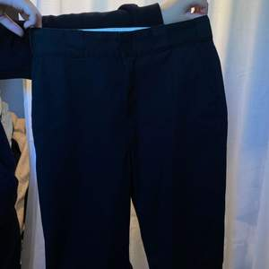 Vida Kostym/skate byxor från Dickies. Storlek W28, passar dig som är xs- m. Fickor & Dickies märke i bak. Köpt för 499kr. Skriv för mer information eller bilder ☺️