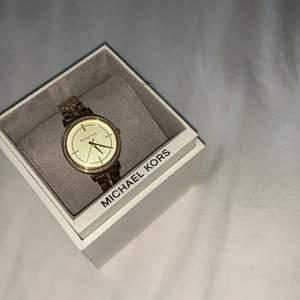 Klocka från michael kors (äkta). Köpt ganska länge sedan och behöver byta batteri, kan göras billigt hemma eller gå till en butik som säljer klockor. Köpt för ca 2500. Kommer i behållaren och finns även med så att man kan ändra storlek.