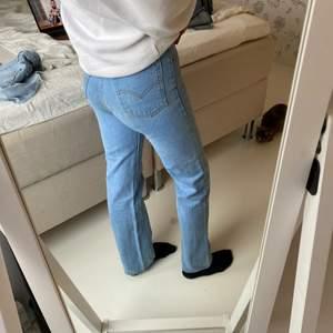 Långa, raka, blåa jeans från Levis vilka tyvärr inte gör sig rättvisa på mig då dem är för små i mig i midjan och över höfterna. Längden passar mig precis som är 174 cm lång. Kan frakta eller mötas upp beroende på, pris kan diskuteras 💗