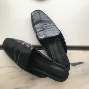 """Ett par lite finare """"tofflor"""" med krokodil imitation💕 Bra alternativ när man vill ha sköna men uppklädda skor! Köparen står för frakten☺️"""