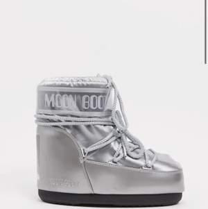 Moonboots silver i låg modell. Jag har strl 39 på skor i vanligt fall och är (40-42) i moonboots strl. Använda enbart vid ett fåtal tillfällen, som nya.