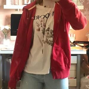 Röd Peek Performance tröja med dragkedja och ett tryck på bröstet:) Prickarna på första bilden är på spegeln och inte på tröjan!:) 140kr + spårbar frakt ❤️