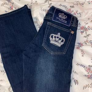 Supersnygga helt oanvända bootade Victoria Beckham jeans i perfekt skick💕💕  Passar i längd för mellan 160–165cm skulle jag säga. Storleken i byxorna säger 27 men skulle säga att det är 25 (väldigt små i storleken)