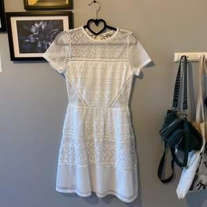 Jättefin vit klänning, perfekt till studenten eller skolavslutningen. Från Gina tricot i storlek 36. Endast använd vid ett tillfälle så den är i jättefint skick!!! Säljer för 200kr💞💓 köparen står för frakt