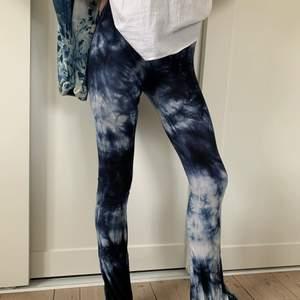 Supermjuka yoga pants med flare från American Eagle Outfitters i stl XXS. Säljer på grund av att de blivit för små🌞