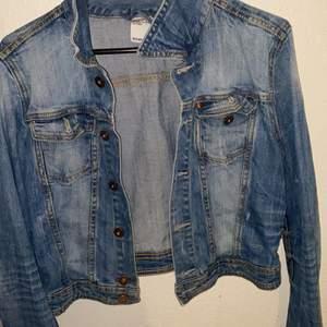 Storlek 36/38. Jättefin jeansjacka som är nästan helt ny men komemr tyvär inte till användning längre. Använd förra våren. Köpt i h&m för ungefär 399kr. Kortare modell. Tillkommer 60kr i frakt!