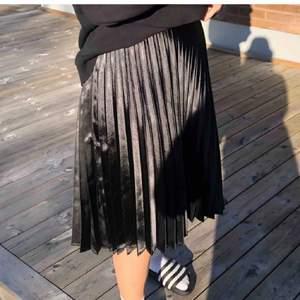 Pillserad kjol som e sjukt fin till sommaren!! Stl XS/S, 90kr