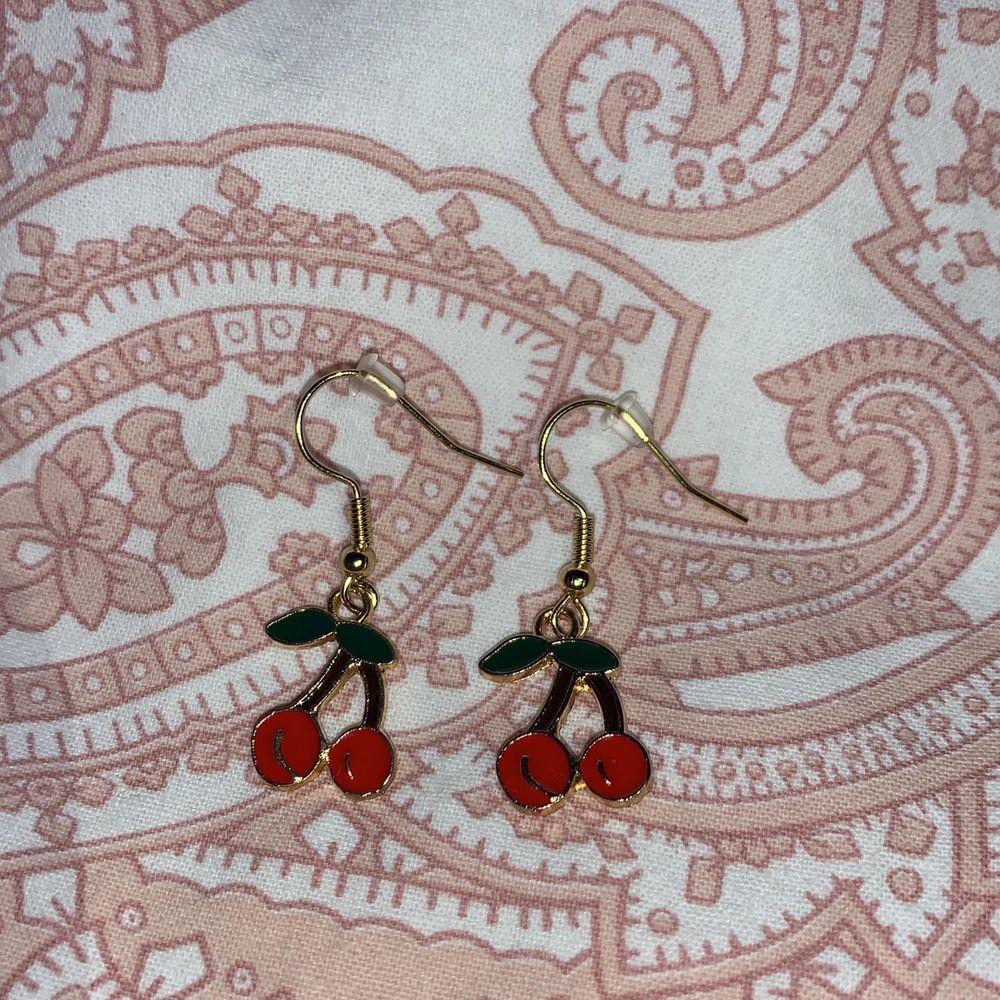Otroligt gulliga örhängen! Har bara ett par i lager💕 NICKELFRIA!!!! Frakt tillkommer på 12kr💕💕. Accessoarer.