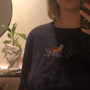 Supersöt mörkblå t-shirt med en broderad anka på. Köpt på second hand men aldrig använd efter. Kortare boxig tshirt, perfekt längd i mina ögon men inte min stil.