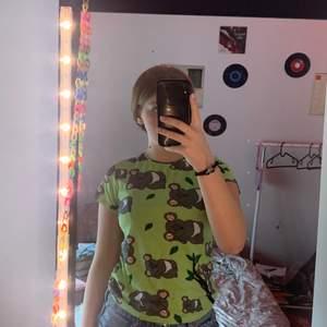 En jätte fin grön tröja med koalabjörnar använder inte den så säljer den kan mötas upp och kanske frakta 🥰