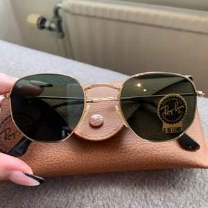 Helt oanvända solglasögon från Rayban köpta förra året, klisterlapp är kvar som ni ser. Fodral & putsduk medföljer!