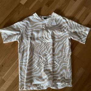 En zebramönstrad oversized t-shirt från GinaTricot