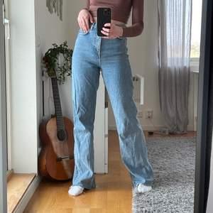 Säljer dessa vida jeans från zara