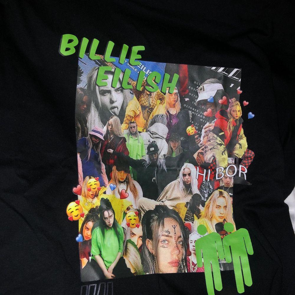 Jättecool aldrig använd Billie Eilish tshirt! Skriv ifall du har några frågor!😇❤️❤️ Frakt: 56kr ❤️. T-shirts.