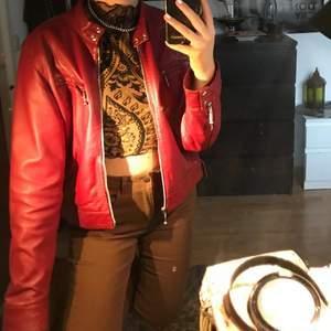 vinröd skinnjacka från hollies med fyra fickor samt dragkedja, super snygg till en hoodie. strl XL men sitter för mig som en M/L.för övrigt är jackan i bra skick och köparen står för frakten🌙