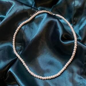 Pärlhalsband gjort av glaspärlor, måttet är 40-47cm!🤍