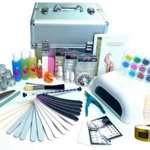 Söker allt man kan behöva till gelenaglar. Bland annat uvlampa, bygg geler, färg geler, glitter, filar, elektrisk fil, tippar, lim m.m. Hör gärna av er vad ni har🤍
