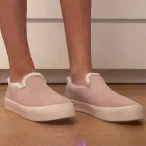 Snygga ljusrosa skor från Marine Classics i storlek 37! Helt oanväna och säljer pga för liten storlek! väldigt snygga och framförallt väldigt bekväma! Som man ser på bilden så är det lurviga inuti!