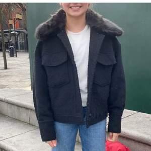 Säljer en fin jacka som är väldigt lik meotine! Den är från Vera Moda! Den är lite nopprig.❤️köptes för 1 månad sen