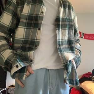 Snygg hm skjorta. Storlek M passar även L . Säljer för att den var för stor