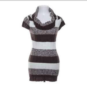 Säljer den här mönstrade klänning/tröjan då den är super kort på mig. Jag är 165cm lång och den här är super kort på mig. Skulle kunna användas som en jättekort klänning eller en längre stickad tröja. I vilket fall super snygg och önskar jag kunde använda!