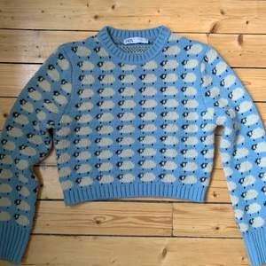 (lånad bild) säljer denna jättefina stickade tröja med får på ifrån zara då jag ej får användning av den. den är i stl S men passar både större å mindre skulle jag säga