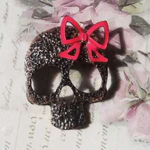 Coolt metallhänge/berlock i form av en skalle. Kan exempelvis sättas på en kedja till ett halsband! Väldigt bra kvalitet. Nu har jag 2 för 1 på alla smycken, den billigaste får man gratis.