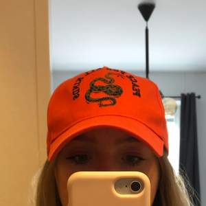 Orange keps med orm från BIKBOK i fint skick 🧡🐍