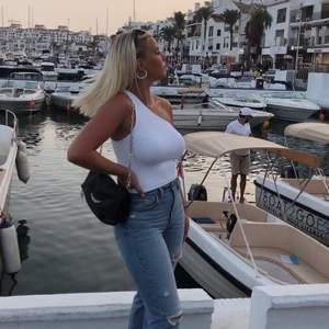 Super snyggt linne köpt i Marbella på stradivarius, användt enstaka gånger. Väldigt bra skick. Säljer på grund av att det inte längre kommer till användning! Storlek L men skulle säga att linnet är litet i storleken