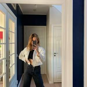 Croppad Vit jeansjacka med slitningar