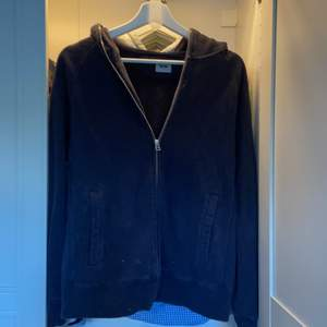 Skitsnygg acne tröja, den har dragkedja hela vägen och är i stl S. Är använd men i väldigt bra skick.