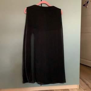 Supersnygg kjol med slits och kort kjol under och transparent genomskinlig längre kjol över.