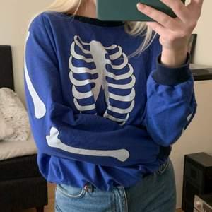 Cool sweater från RoseBullet, står ingen storlek men skulle säga S