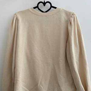 En beige sweatshirt med puffärmar, nästan helt oanvänd! Storlek XS och passar S💗 Frakt 66kr (spårbar), eller så kan jag mötas i Stockholm city.